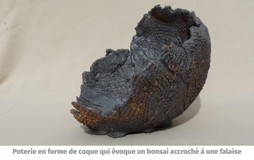 Poterie en forme de coque qui évoque un bonsai accroché à une falaise
