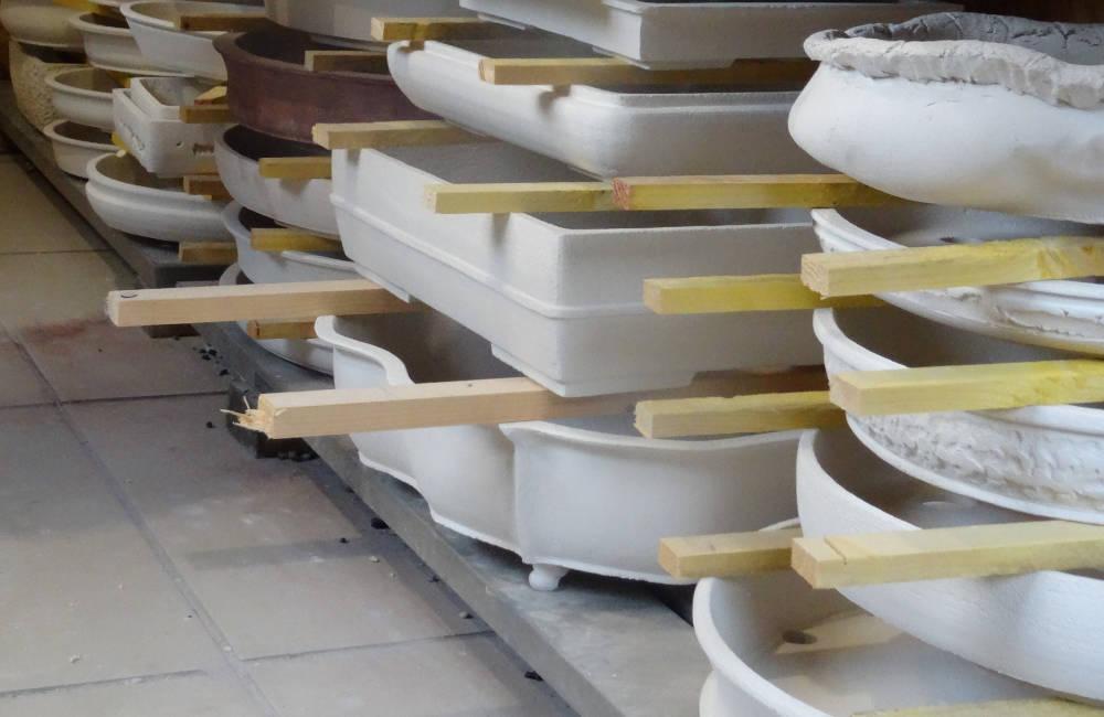 Pots à bonsai artisanaux en attente de séchage avant la cuisson